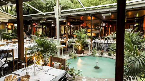 Trattoria Toscana tavoli all'aperto intorno ad una fontana