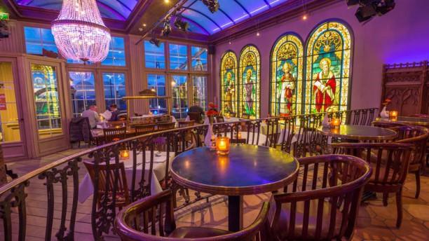 Grand Café 't Elfde Gebod Gezellige sfeer met authentieke glas-in-lood ramen