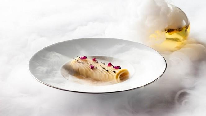 Spaghetti cacio e pepe con petali di rosa - La Terrazza, Rome