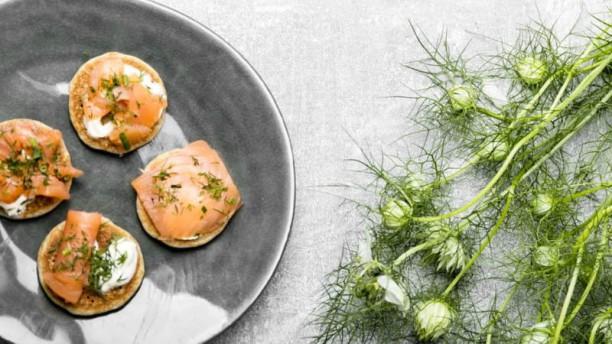 Pêle Mêle Tranche de saumon fumé sur son blini, pointe de crème fraîche et aneth. 3 pièces.uggestion du chef