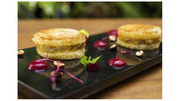 Emiliano Sanduíche de foie gras, avelãs caramelizadas e coulis de beterraba