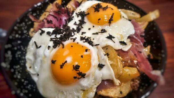 El Taperio Huevos rotón jamón y trufa negra