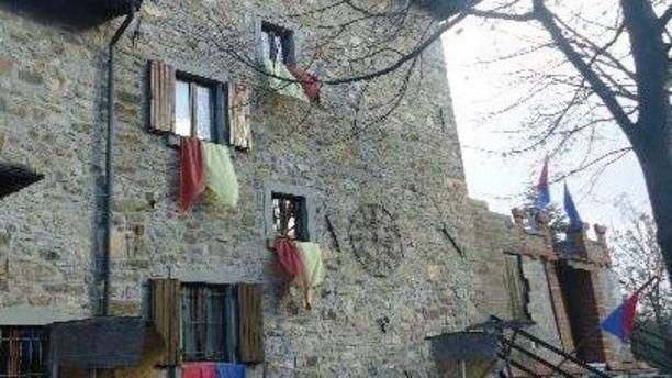 Ristorante Castello di Gusciola bandiere alle finestre del castello