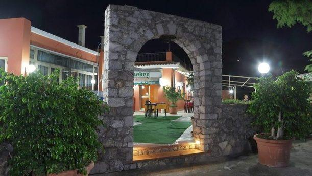 Trattoria Chicchirichì Entrata con arco in pietra