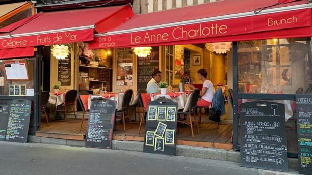 Le Anne Charlotte Devanture