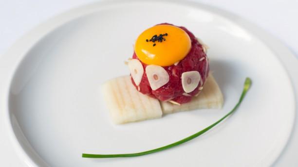 Gwon's Dining YUKHOE : Tartare de bœuf cru taillé au couteau, saupoudré de jaune d'œuf et poire d'Asie