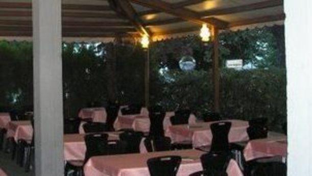 Pizzeria Stoà Reale tavoli all'aperto sotto bella tettoia