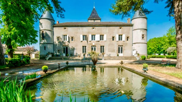 Un Passage au Château Façade