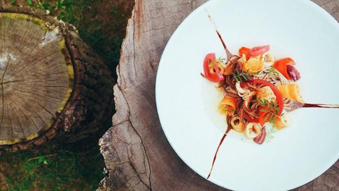 Chipirons dans de l'eau de tomate, nouilles sômen et olives du Pérou. - Sanzaru,