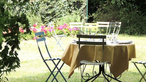La Table de Mestré Terrasse, calme et fleurs...