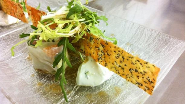 Le Verger des Kouros saumon à cru, tuile au parmesan, jeunes pousses
