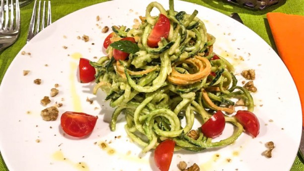Silene Spaghetti di zucchine raw con pesto di avocado, pomodorini e noci