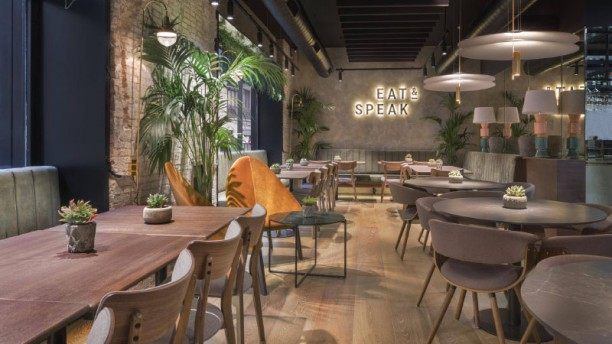 Eat & Speak Vista de sala
