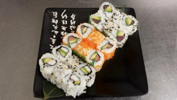 Sushi N Tea Menu california, avec un maki saumon avocat enrobé de masago (oeufs de capelan croquants), maki thon avocat et surimi avocat