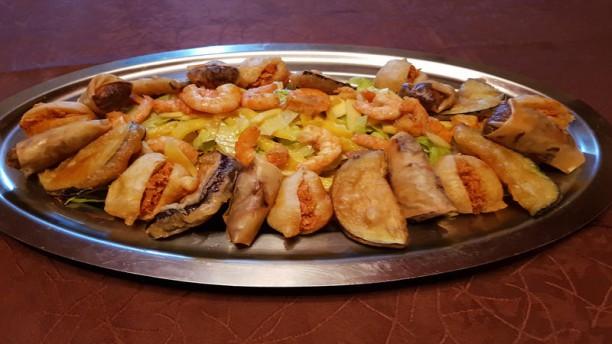 Le Katiolo Suggestion d'entrées: croustillants d'aubegines, aller-retour, samoussas et salade à la mangue.
