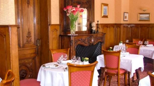 Restaurant Bois Joli Salle, tables ronde et cheminée du Restaurant Bois Joli