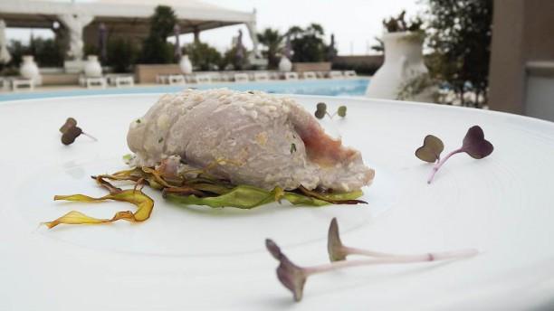 Casual Life restaurant - Saline Involtino di tonno farcito con scamorza affumicata e melanzane cotto al vapore su fieno di porri