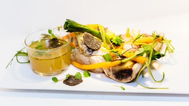 Café Maritime Bordeaux Suprême de volaille farci façon poule au pot, os à moelle rôti et mini légumes