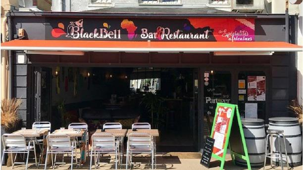 Black Bell Bar & Restaurant  de spécialités africaines Devanture + terrasse