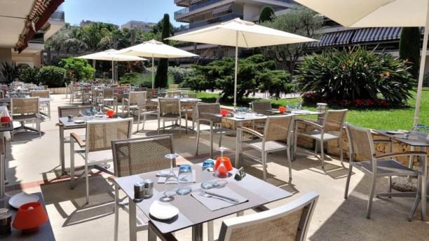 Hôtel Restaurant Les Strelitzias Tables en terrasse