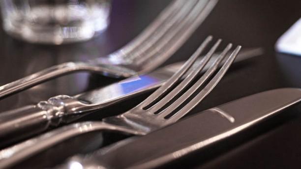De Vrouwenpoort detail van de tafel