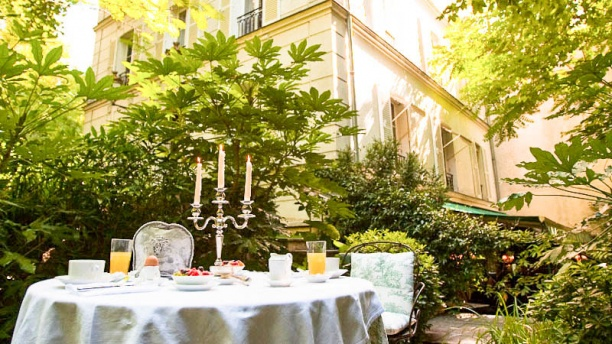 Le mandragore in paris restaurant reviews menu and for Resto avec jardin paris