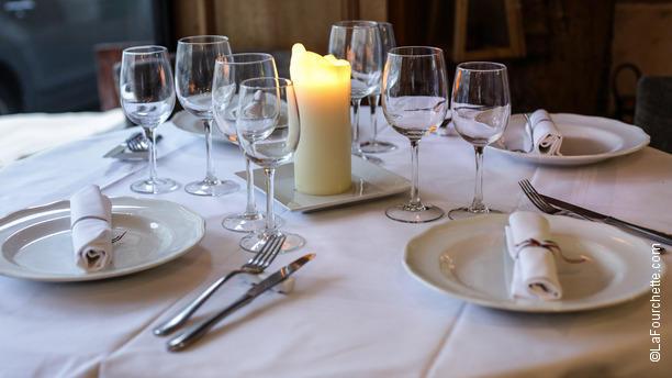 Su misura em paris pre o endere o menu reserva e for Table 99 restaurant