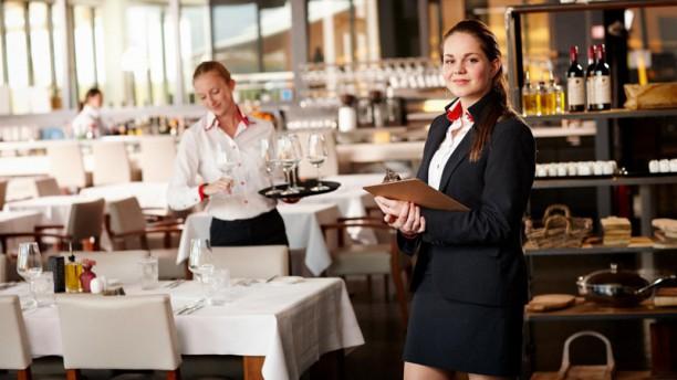Puur à la Carte Student Horeca ondernemer manager serveert gerecht in restaurant Puur à la Carte