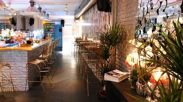Le Buzz Montorgueil Espace bar en entrant