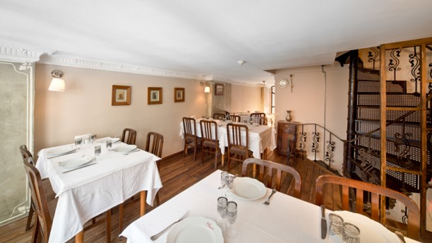 Latife Hanım Meyhanesi dining room
