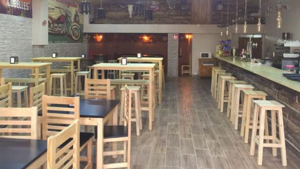 Cava&Roll Taverna Vista de la sala
