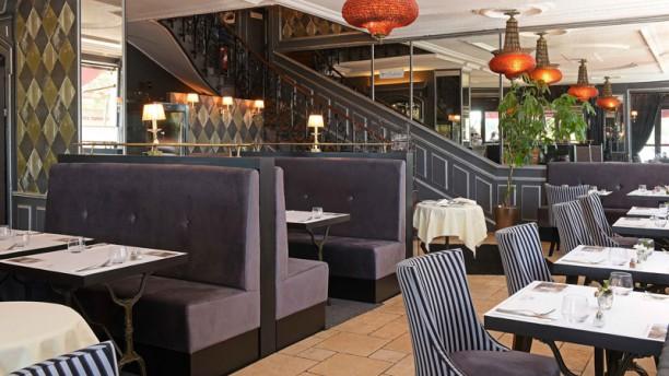 Le Café Français Salle Brasserie art déco escalier vieux de 140 ans