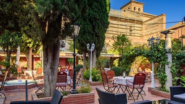 Restaurante Jardines de Zoraya -Flamenco en Vivo Terraza
