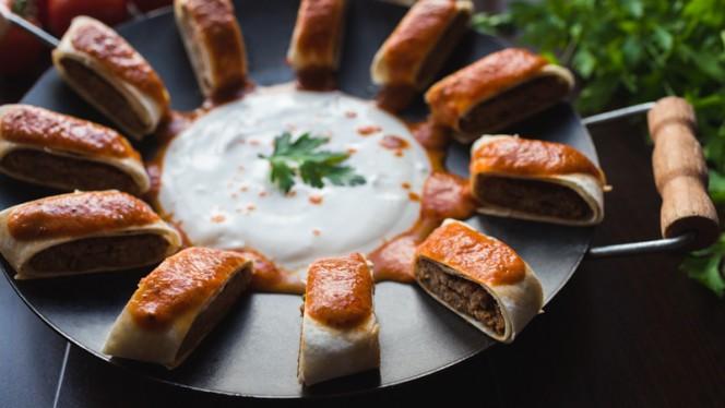 Beyti Kebab - in wrap opgerolde gekruid lamsgehakt met pittige tomatensaus en overgoten met gesmolten roomsaus - Istanbul Cafe en Restaurant, Nijkerk