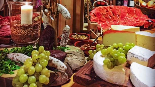L'osteria Wine Bar Buffet di affettati e formaggi misti