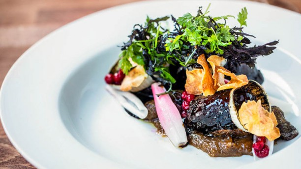Restaurant Ombord Braiserede svinekæber med ristede jordskokker, løg i variation & sennepssauce