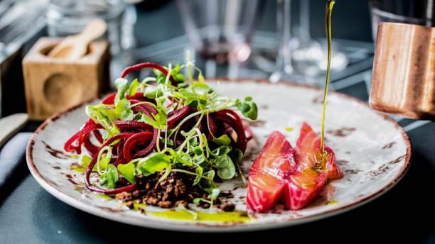 Restaurant Mellemrum Rødbederimmet laks, trancheret ved bordet, med crudité af rødbede samt rødbede- & balsamicoreduktion & peberrodscreme