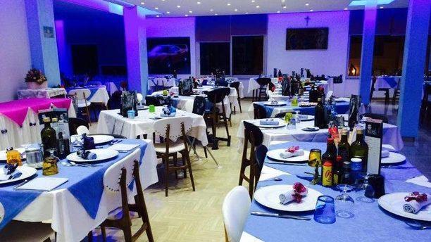 Ristorante Caesar grande sala con illuminazione dai toni blu