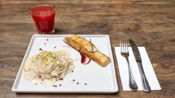 Nambu Cozinha de Raiz Salmão com spaghetti de pupunha
