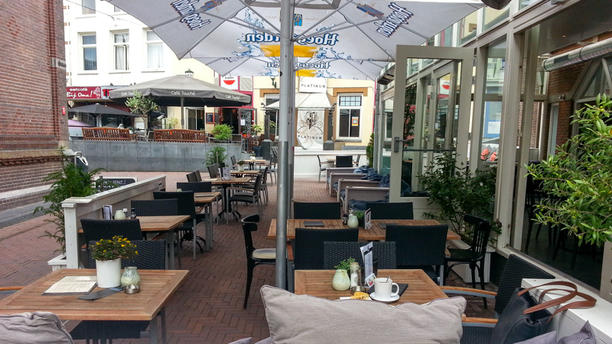 Café Stout Door de heaters kan er tot laat in het seizoen buiten gezeten worden.