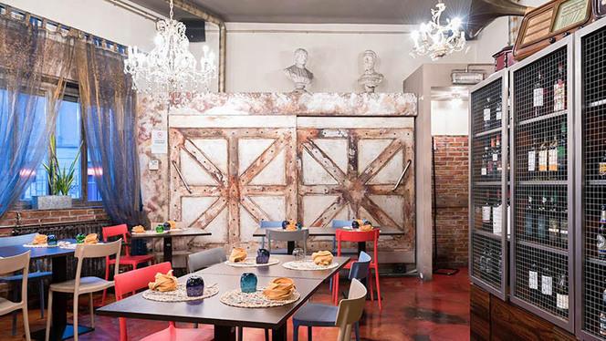 Locale Rétro con mattoni a vista, lampadari a goccia e sedie colorate - Civico Zero, Cologno Monzese