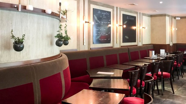 Le Cafe De Pauline  Rue L Ambroisie  Paris