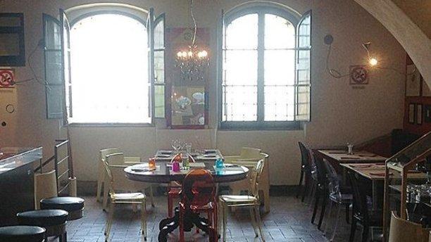 Sofia Montalcino finestroni e  sedie di design