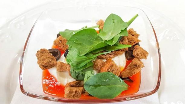 Monticello crema di pomodoro con mozzarella di bufala, olive nere e crostini ai cereali