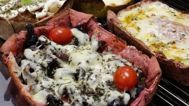 Artesã Pizza Esfiha & Cia Pizza de funghi chileno na massa 100% integral enriquecida com beterraba.