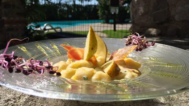 Giona's Gnocchetti fatti in casa con pere, pancetta croccante e erba cipollina