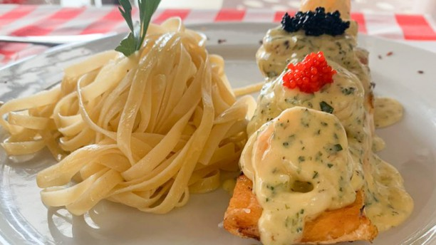 D'Store by Mass Antiguo 4D Store SALMON MARINERO: Jugoso salmón al horno con salteado de calamares, camarones al ajillo en salsa blanca y caviar acompañado de pasta o ensalada.