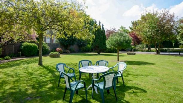 Les bains in saint jean le thomas restaurant reviews for Resto avec jardin