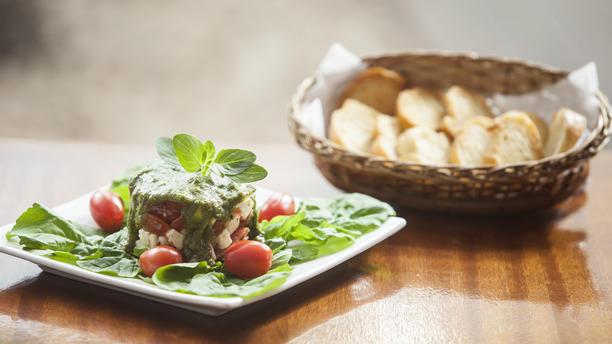 Vitelo's rw Tartare de tomate italiano , mussarela de búfala , sobre bouquet de rúcula e molho pesto com torradas