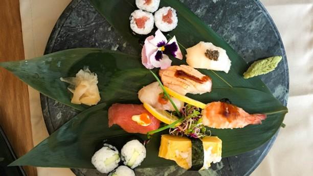 Como aprender a comer sushi con palillos